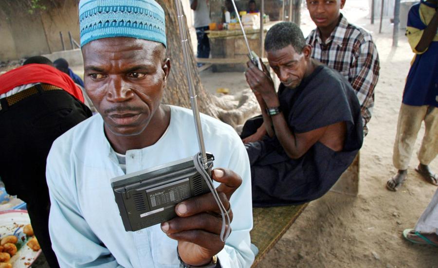 aaaaaAfricans-listening-to-the-radio1